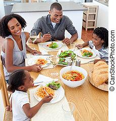 sonriente, familia, Cenar, juntos