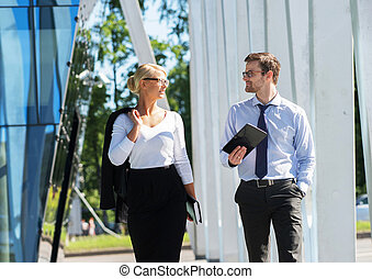 Business couple working outdoors - Two business colleagues...