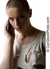 retrato, teléfono, niña, cabeza rapada, Hablar