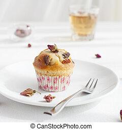 Muffin, mini cake, cupcake with a rose buds tea - Muffin,...