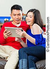 PC,  couple, Asiatique, tablette, divan