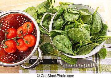 Fresh spinach leaves with tomatoes