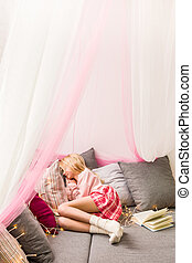 Cosy sleeping area with canopy - Photo of girly cosy...