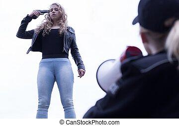 mujer policía, con, megáfono,