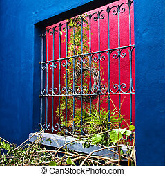 Blue Red Look - How colour is used to bring the Historic...