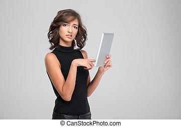 Utilizar, mujer, decepcionado, joven, tableta