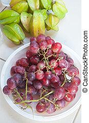 rojo, uva, bayas, y, estrella, manzana, en, blanco, placa,