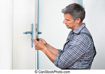 charpentier, Fixation, serrure, dans, porte, à,...