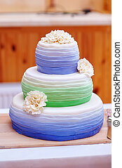 Ttraditional three tier wedding cake with daisy flower decorations
