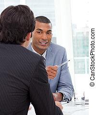 reunión, discutir, dos, Hombres de negocios