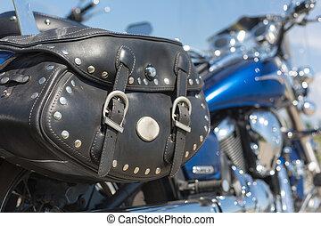 motocicleta, con, silla de montar, bolsa,