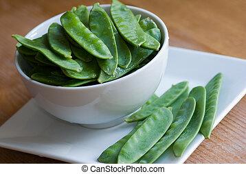 Mangetout - Fresh mangetout in a bowl