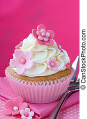 Flower cupcake - Cupcake decorated with pink fondant flowers