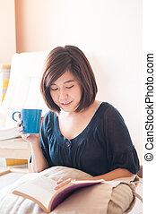 joven, asiático, mujer, lectura, libro, y, bebida, café,