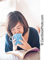niña, lectura, libro, y, sibbing, fresco, café,