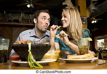 lindo, pareja, comida, pedacitos
