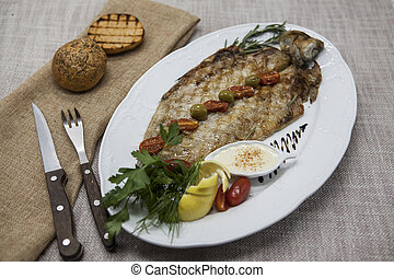 frito, pez, pescado blanco, en, placa, con, vegetales, y,...