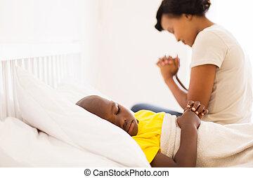 Menino, pequeno, seu, mãe, cama, doente, africano, orando,...