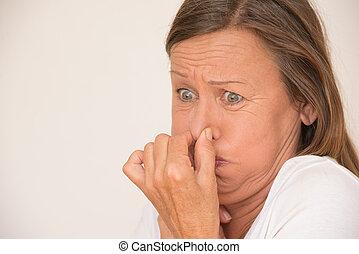 femme, désordre, nez, dégoûté, couverture