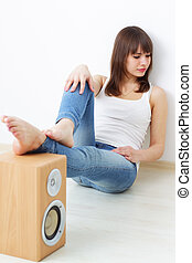Girl and acoustic dynamic