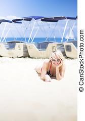 femme, bains de soleil, sur, plage,