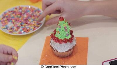 Cupcakes little girl decorate muffin