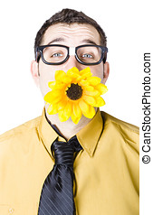 hombre, con, flor, en, boca,