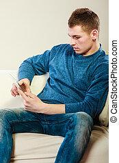 jovem, homem, com, digital, tabuleta, sentando, ligado,...