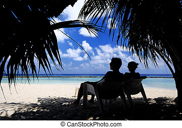 couple sitting at beach - Picture of couple sitting at beach