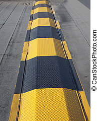 Speed ramp hump in black and yellow steel
