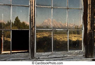 volets, montagnes, fenêtre, vieux, reflété