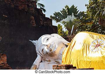 Sleeping Buddha statue - Reclining Buddha sculpture at Wat...