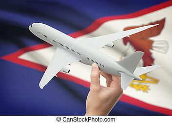 aeroplano, in, mano, con, bandiera, su, fondo, -, americano,...
