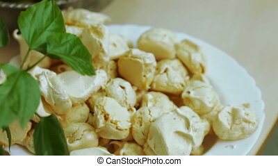 Meringues on plate - Lie on plate meringue take turns...