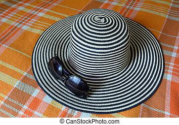 mujer, sombrero, con, sol, anteojos, en, Un, Cama,