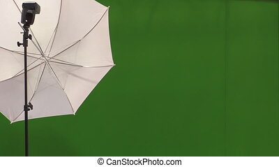 Flash,umbrella and green background - Photo strobe flash...