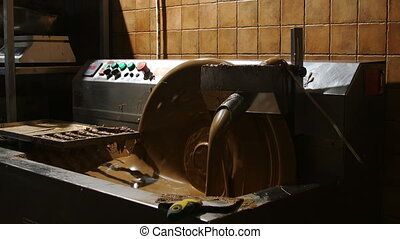 Chocolate making equipment with flowing cocoa