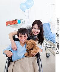 sorrindo, pequeno, Menino, sentando, Cadeira rodas, seu,...