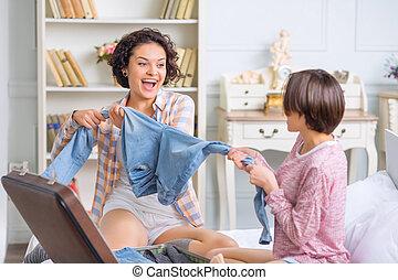 dos, hermanas, mientras, diversión, embalaje, teniendo