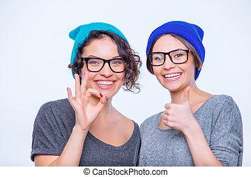 dos, joven, alegre, Posar, juntos, hermanas