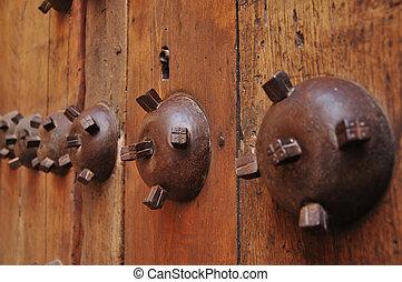 Puerta - Antigua puerta rustica de madera con adornos en...