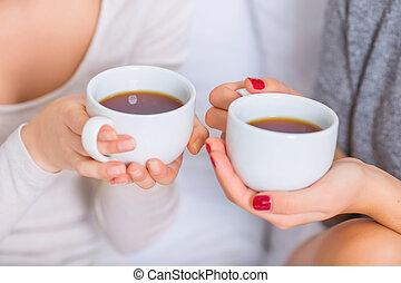 dos, joven, damas, tenencia, teacups.,
