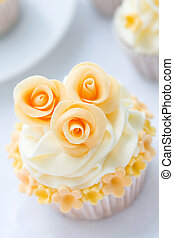 Wedding cupcake - Cupcake decorated with golden sugar roses