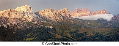 Evening panoramic view to gruppo Nuvolau - Evening panoramic...