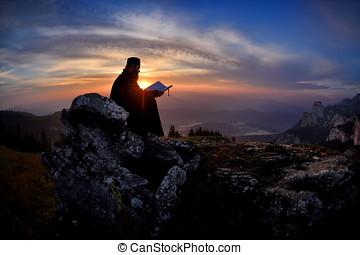 silueta, de, sacerdote, lectura, en, el, ocaso, luz,...