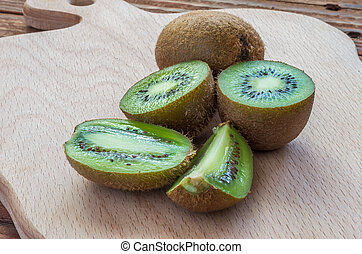 The ripe kiwifruits on the cutting board