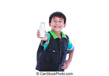 Menino, sorrindo, e, mostrando, garrafa, de, leite, ligado,...