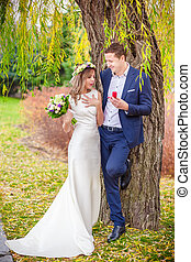 bride groom garden tree smile