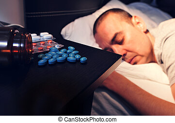 deitando, jovem, cama, rosto, BAIXO, pílulas, homem