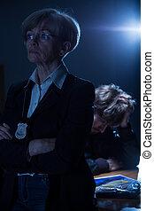 serio, mujer policía, con, insignia,